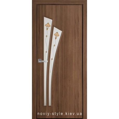 Двери Лилия Новый Стиль золотая ольха (ПВХ DeLuxe) стекло с рисунком Р1